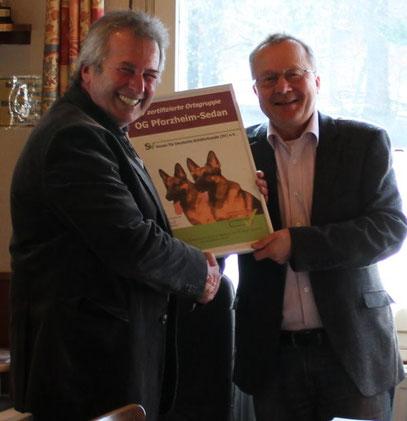 Überreichung des Zertifikats vom ersten Landesgruppenvorsitzenden der Landesgruppe Baden Harald Hohmann (links) an den ersten Vorsitzenden der  Ortsgruppe Pforzheim-Sedan Klaus Daubner.