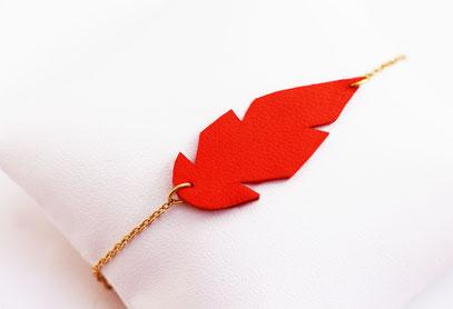 sarayana, créateur bijoux, création bijoux, bijoux fait main, bijoux cuir, bracelet cuir, bracelet plume, plume de cuir, bracelet rouge bracelet fait main,