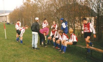 Halbzeitansprache auf Steinsdorfer Platz mit Trainer F. Benkert