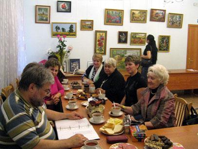 После осмотра и обсуждения выставки, мы устроили чаепитие, и Юра читал свои стихи. Спасибо хозяйкам СДО, которые разрешили нам такой праздник.