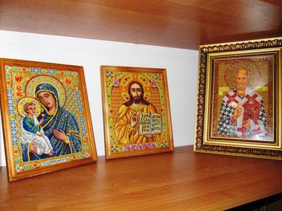 Иконы вышиты крестиком и бисером