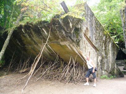 Eine durch Sprengungen umgestürzte Bunkerwand.