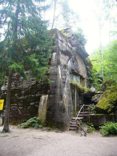 """Auf dem Foto oben und unten sieht man den """"Führerbunker"""" von A. Hitler."""