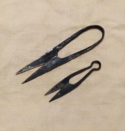 Bügelscheren nach Cheruskischen Grabfunden. Scheren dieser Art belegen, dass die Germanen in der Lage waren, Federstahl herzustellen.
