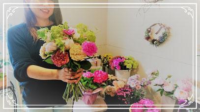 💐ブーケを作りました。 花を斜めに挿してスパイラルで組んでいくブーケは立ち姿も美しい! 花と共に茎の「自立」に心惹かれました💐 ピラティスと同様に「軸」が大切!