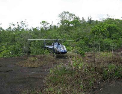 dépose en hélicoptère au sommet de l'inselberg du Mont Chauve