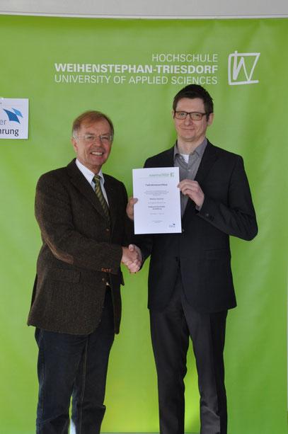 Prof. Dirk Rehann überricht die Urkund zum Edelbrandsommelier