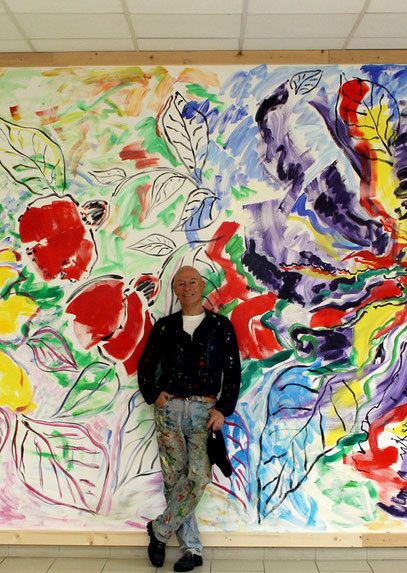 "Armando Bergallo devant la fresque ""Fleurs"" qui sera inaugurée samedo/Photo DDM"