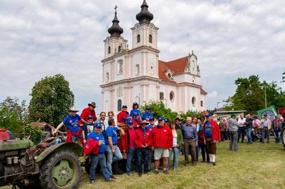 Gruppenfoto mit Blick auf die Wallfahrtskirche Maria Dreieichen
