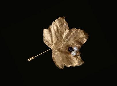 Broche feuille de groseiller, bronze, perles et grenat