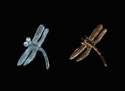 Broches libellule, bronze patiné ou doré et perles