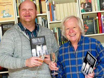 28.1.2021. GRIESHEIM: Thomas Fuhlbrügge vom Coortext-Verlag (links) stößt mit Marc Mandel auf seinen Gedichtband 'Mädchenlieder an. (Foto: Ellen Eckhardt)