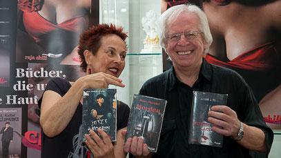 Die Verlegerin Franziska Röchter mit Marc Mandel am Stand des chiliverlages auf der text&talk in Düsseldorf am 7. September 2014 (Foto: Ellen Eckhardt)