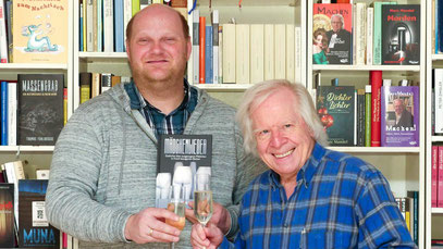 Thomas Fuhlbrügge (Coortext-Verlag) trinkt mit Marc Mandel auf seine 'Mädchenlieder für das Dritte Jahrtausend' (Foto: Ellen Eckhardt)
