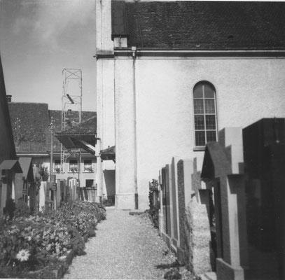 Die westlichste Grabreihe entlang der Kirchenmauer (Foto: Arthur Fricker, Lehrers, 1963)
