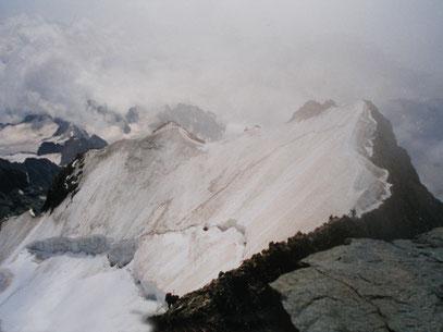 Am Gipfel des Piz Bernina mit Blick in die Schneeflanke