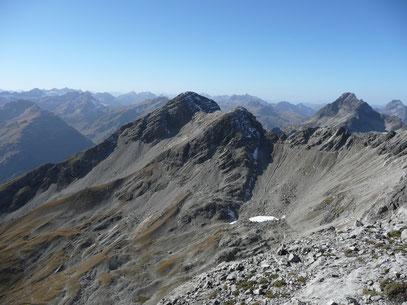 Bildmitte links:Ellbogner Spitze.Rechts davon:Biberkopf und Großer Widderstein.