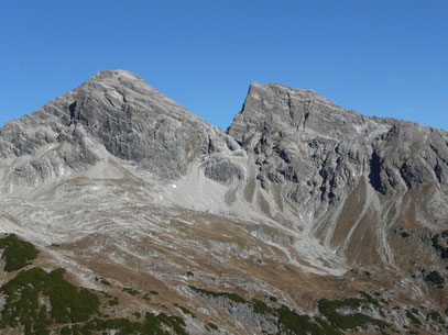 Bretterspitze (Links) und Urbeleskarspitze (Rechts)  mit einem Teil des Enzensberger Weges