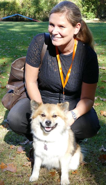Foto: Michaela Hilburger. Auch Schulhund Vienna-Ella von Werths Echte geht  mit Frauchen zum Umtrunk.
