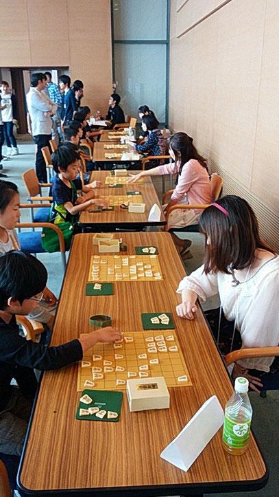 子どもたちと向き合う、立命館大学出身の女流プロ棋士たち。