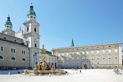"""links der Salzburger Dom, im Vordergrund der Residenzbrunnen und im Hintergrund die """"Alte Residenz"""""""