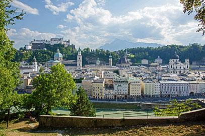 Blick vom Kapuzinerberg auf die Altstadtkulisse von Salzburg
