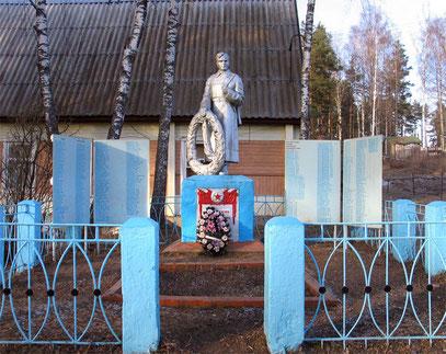 Центр деревни Кицково. Памятник и братская могила павших в Великой Отечественной войне. Поставлен в начале 1950-х гг.