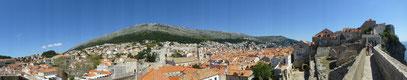 der Stadtmauer entlang von Dubronik