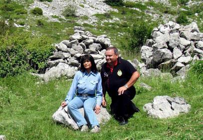"""Kurt mit """"Winnetous Schwester"""" (Marie Versini) an den Gräbern von Intschu-tschuna + Nscho-tschi im Hintergrund am """"Tulove Grede"""""""