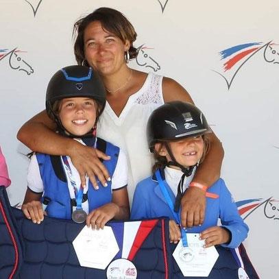 Kenza (A gauche) et Maeliss (Adroite) avec leur coach Marion.