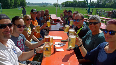 Einkehr in Mödingen, bei sommerlichen Temperaturen besonders wichtig: viel trinken!