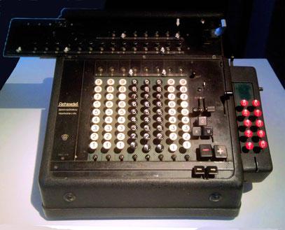 """Glashütter Uhrenmuseum: Rechenmaschine TYP LVM der Firma """"ArchimedeS"""" Reinhold Pöthig Glashütte"""