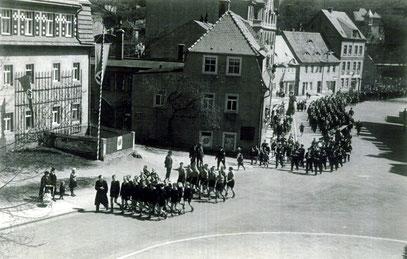 """1936 Dr. Kurtz mit 1. & 2. Jahrgang """"UROFA - Stifte"""" beim Aufmarsch zum 1.Mai. [1]"""