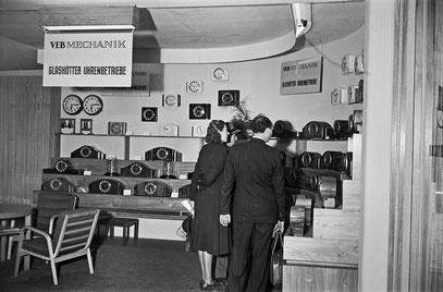 Messestand des VEB Mechanik  Glashütter Uhrenbetriebe auf der Leipziger Herbstmesse 1952 - Bild*