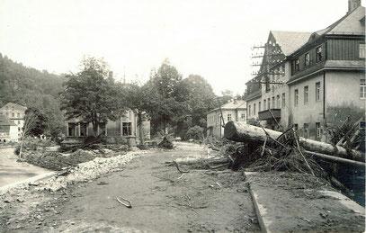 Die Dresdener Straße mit dem Wohn- und Geschäftshaus Aßmann rechts im Hintergrund