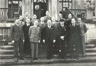2. Reihe 1. v.l. (Gesicht etwas verdeckt) Uhrmacher Heinz Haltmeier Butzbach/Hessen, *Jan. 1910 †1995 / 1. Reihe 1. v. r. Siegfried Bockstiegel, Gießen, *13.03.1918