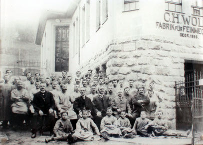 Mitarbeiter der Firma Wolf um 1900 vor dem Firmengebäude