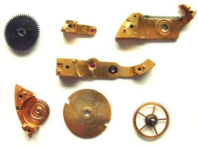 Zur Remontage gekennzeichnete Werkteile eines  Assmann  (Le Coultre), Brückenwerkes