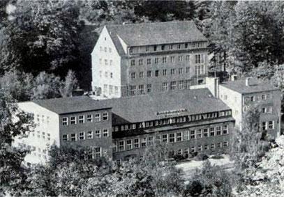 """Im hinteren Gebäude war bis 1945 die Fabrik für Feinmechanik """"Pilz & Hayard"""""""