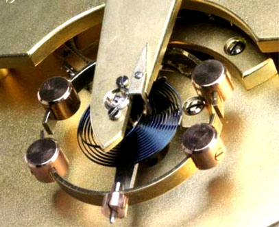 Chronometerunruh mit Breguetspirale und Endkurve nach Gerstenberger im Tischchronometer