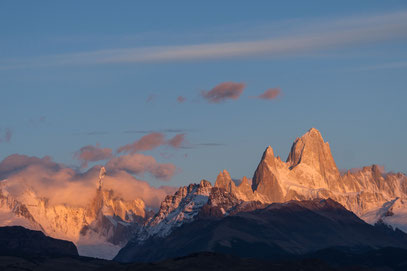 Cerro Torre (links mit Wolkenmantel) und Cerro FitzRoy im Morgenrot