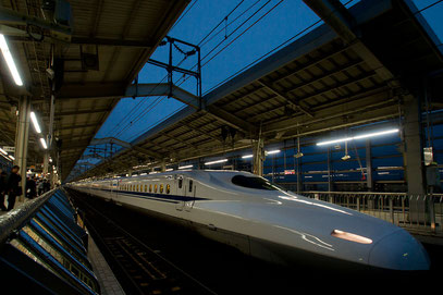 Shinkansen - abfahrtbereit im Bahnhof Kyoto