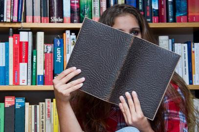 Paula legt das Buch zur Seite und führt euch durchs Studio ...