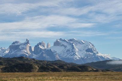 Die Cuernos del Peine und dazwischen zwei der Torres