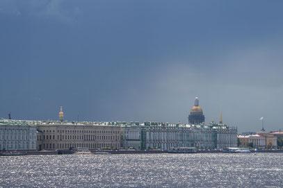 Sankt Peterbsurg - Die Skyline über der Neva im Abendlicht