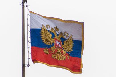 Die Staatsfahne mit dem stolzen Doppeladler