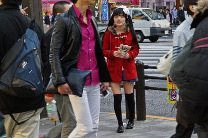 Akihabara - sie macht die Passanten auf ihr Cosplay-Café aufmerksam