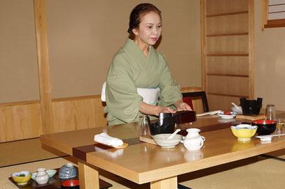 Ryokan - das Essen wird auf das Zimmer gebracht und liebevoll angerichtet.