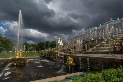 Peterhof - Fontänengarten bei einer wunderbaren Wetterlage