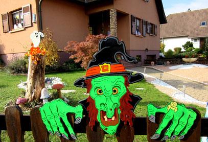 Sorcière d Halloween en bois devant la maison
